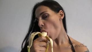 frau-banane-lutschen-wie-penis