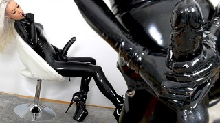 latex-domina-riesen-strapon